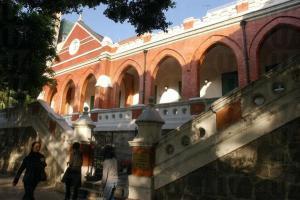 前九龍英童學校的紅磚牆在高樓大廈中顯得格外有與別不同。