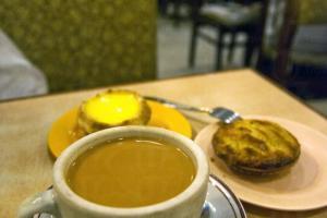 一杯奶茶加件蛋撻、雞批,是「蛇一蛇」的最佳配搭。