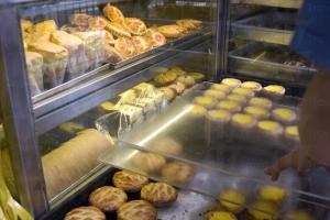 每天出爐的蛋撻、雞批、西餅是舊式茶餐廳必備風格。