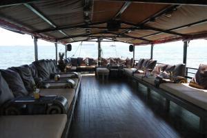 船上設有一張張可供整個人躺下的 lounge bed 及播著雅俗共賞的 chill-out 音樂。