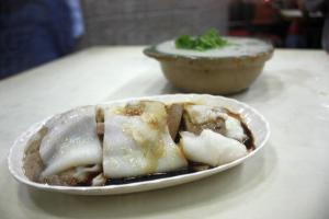 豬膶腸粉($12)和煲仔粥($21)都是發記的必食之選。
