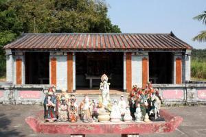 楊侯古廟前的香桌上放滿了不同的菩薩,吸引不少人焦點。