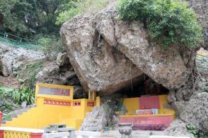 「杯渡岩」和旁邊的「高山第一」石碑,都是極具歷史價值的古蹟。