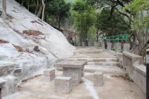 小路上的石檯,正是《龍爭虎鬥》中李小龍和董瑋交手的地方。