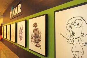 展覽館門口有不同動畫角色的手稿歡迎你。