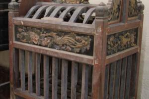 多想帶這個手工精巧的雕花雞籠回家作 vintage 儲物箱。