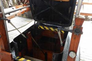 從甲板通往船艙的秘道,分別設於在船頭和船尾。