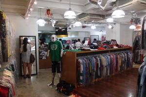 店內球衣款式齊全,每件都戴上透名膠套,十分整潔。