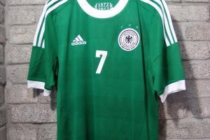 店員哥哥稱,德國隊新款作客球衣是最暢銷的款式之一。