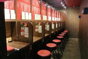 激似「自修室」的座位讓客人專注食麵