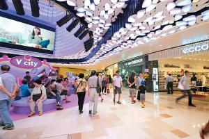 V - City 全場約有 130 間商戶,最抵讚是通道夠寬敞,即使人多都可以行得舒服。