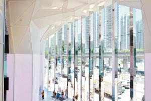 V - City以大自然為概念,隨處可見到樹葉、蝴蝶等裝飾,入口處還有幾棵樹木。