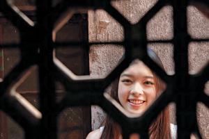 磚牆、揮春、方形窗框,環境仍保留圍村特色。