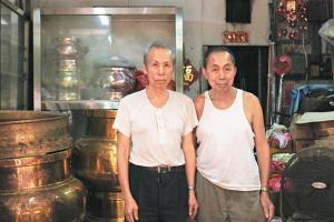 小陸生與大陸生,靠雙手打造無數銅器,時移世易,寶號成為香港僅存的銅匠店。