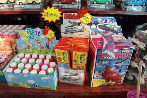 地下紀念品店賣有昔日香港小孩的小玩意。