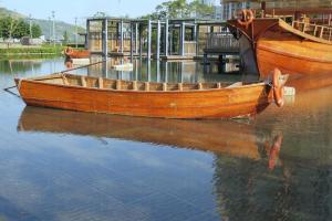大漁船之外,還有小舢舨。