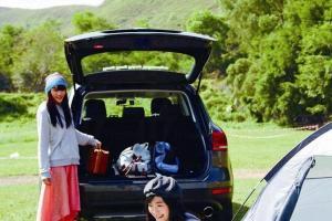 職員建議車尾泊向紮營點,方便收取物品。