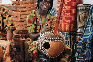 傳統 Kora Guitar,彈奏的方法與西洋結他不同,奏樂者面對弦線彈奏,雙手可同時撥弦,聲響近似豎琴。
