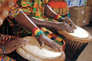 Djembe 鼓面由迦納工匠以羊皮製造。