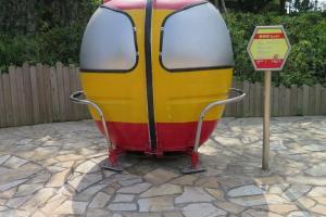 昂坪市集路上的迷你纜車,有西班牙款,感覺有點像iron man