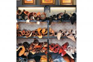 店內還會展示及售賣本地設計師及皮藝達人的作品,牆上就掛有 Trio Leather Art 其中一位皮雕師 Stanley Au 的作品「守禮」系列:非禮勿視、非禮勿聽、非禮勿言。