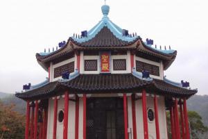 基督教聖殿以中式的青瓦紅柱為設計主體,寶頂上有一幼身十字架。