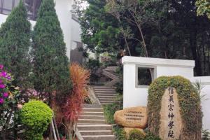 後方的神學院同樣採用中式風格建築,環境舒適優雅。