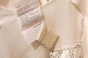 每件衣物都附有素黑的小情書, 寫下與設計相關的想法。