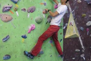 Danny 示範攀石熱身時,先熟習肢體協調