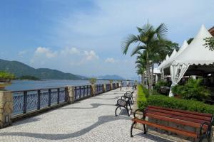 沿著D'DECK走廊,旁邊是各國美食餐廳,可以邊食邊看海景。