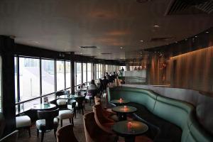 Sky Lounge 視佳廊位於香港喜來登酒店18樓