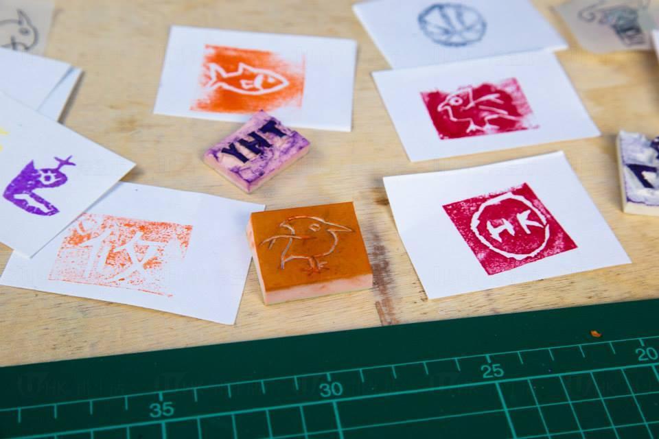 香港工業與創意文化體驗工作坊  試穿膠花