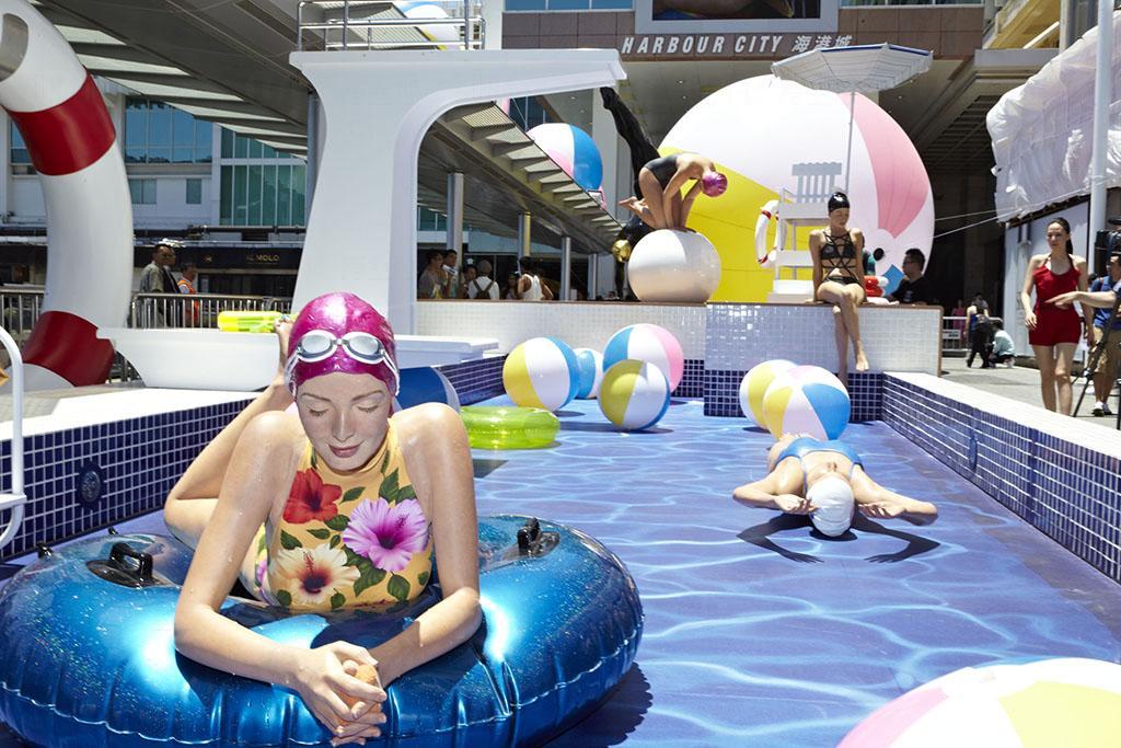 香港首個超寫實雕塑展 海港城變身「戶外泳池」