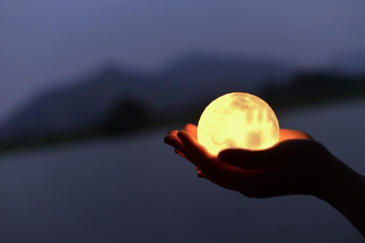 LUNA浪漫月球燈  10月初登陸香港