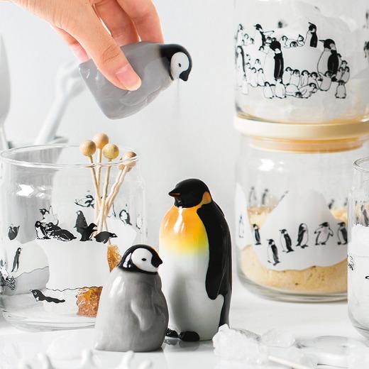 跳上餐桌!企鵝家族化身餐桌用具