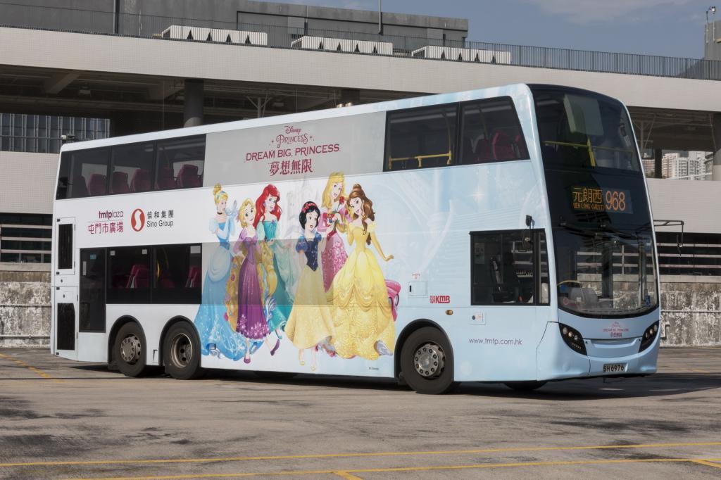 迪士尼公主超親民 不擺架子陪你坐巴士!