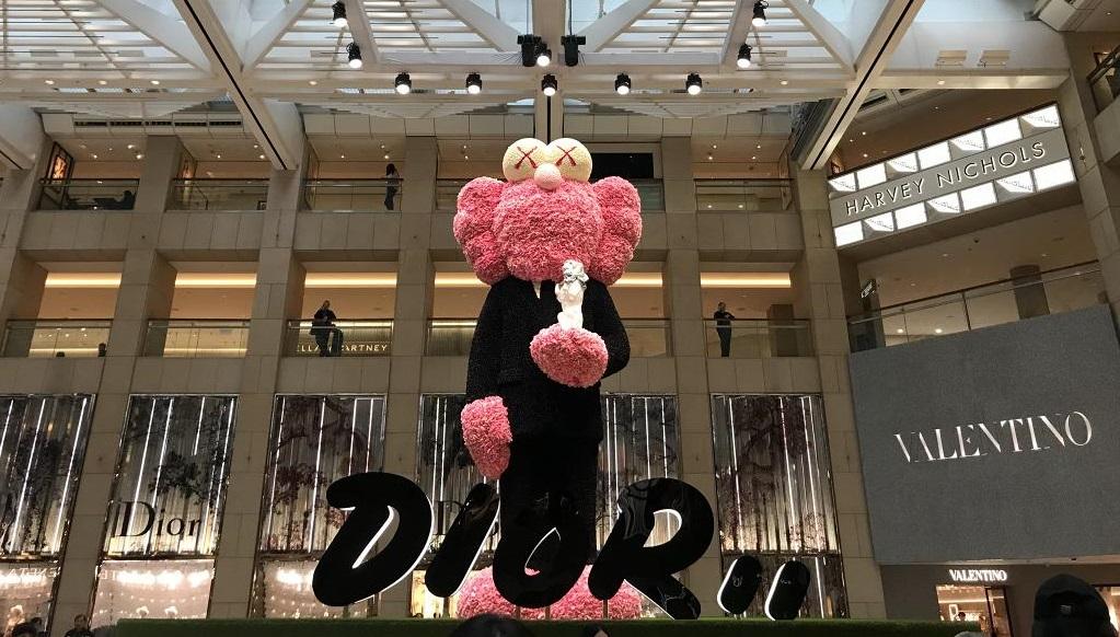 【中環好去處】中環10米高巨型藝術雕塑!粉紅花朵組成Dior x KAWS