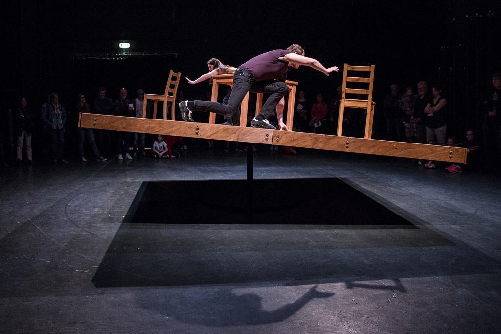 【鰂魚涌好去處】香港限定免費睇法國創新舞蹈! 巨型真人不倒翁/漂浮斜台表演