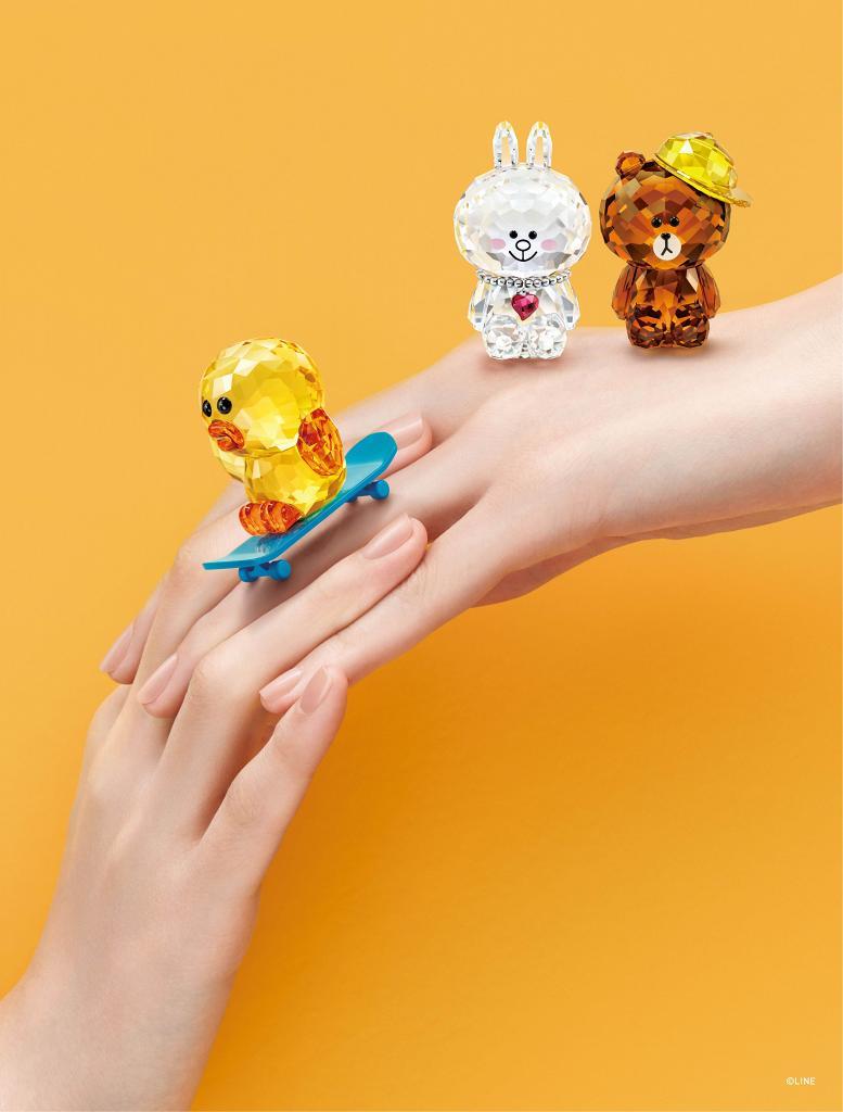 SWAROVSKI首次推出LINE FRIENDS水晶系列!熊大/兔兔/莎莉首飾擺設