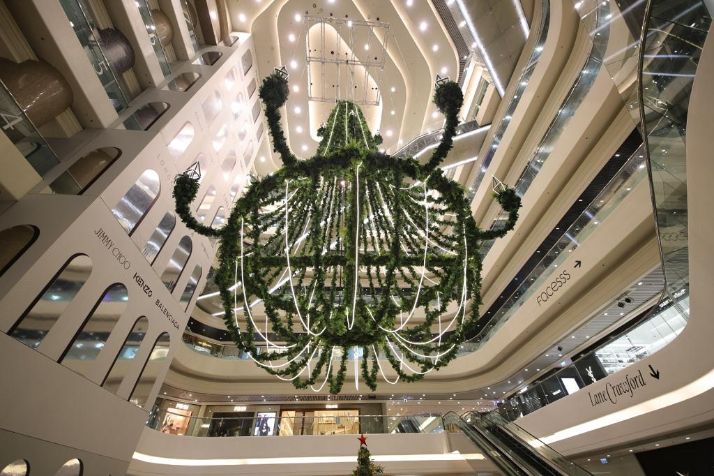 【聖誕好去處2020】全港最高15米巨型聖誕吊燈登陸銅鑼灣時代廣場!27米長園藝區/歐洲糖果店