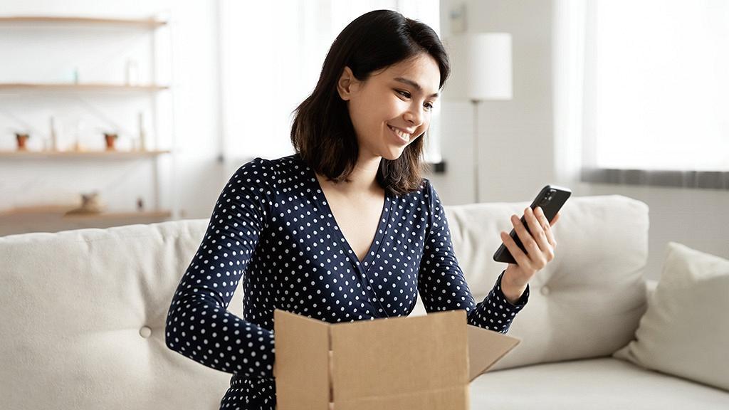 精明小資女邊買邊賺  用livi Debit Mastercard®賺網購高達8%現金回贈^  獎賞總值超過HK$8000