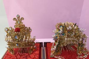 銅鑼灣展覽免費睇!著古裝影相 老師傅60年人手製粵劇帽飾