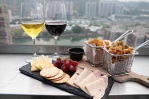 沙田酒店高空酒吧優惠 $158任食小食+任飲紅/白酒+送芝士拼盤