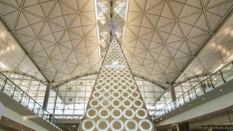 16米Swarovski聖誕樹 閃爍香港國際機場