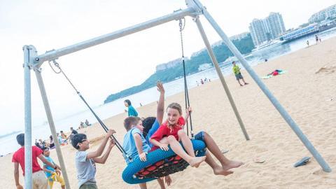 愉景灣沙灘免費遊樂場!任玩飛天吊索/滑梯/鞦韆/排球/飛碟
