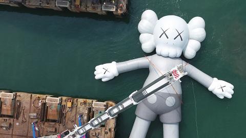 【中環好去處】37米巨型KAWS裝置完成充氣 倒數2日漂入維港!
