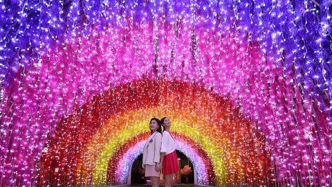 【新年好去處2020】荃灣超浪漫光影燈飾!七色彩虹步道/粉紅櫻花園/年花市集