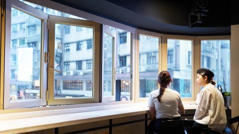 【中環美食】中環新開特大玻璃窗咖啡店連酒吧餐廳 千層薯條/芝士蛋糕/雞尾酒