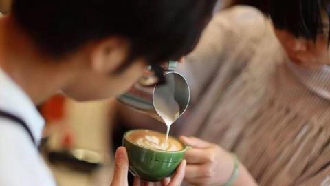 【觀塘好去處】觀塘2小時咖啡拉花工作坊!學沖精品咖啡/打奶泡/拉花畫出鬱金香圖案