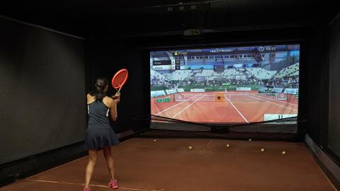 【觀塘好去處】全港首個公開室內泥地網球場登陸觀塘!AI智能網球模擬機 全面訓練網球員基本功